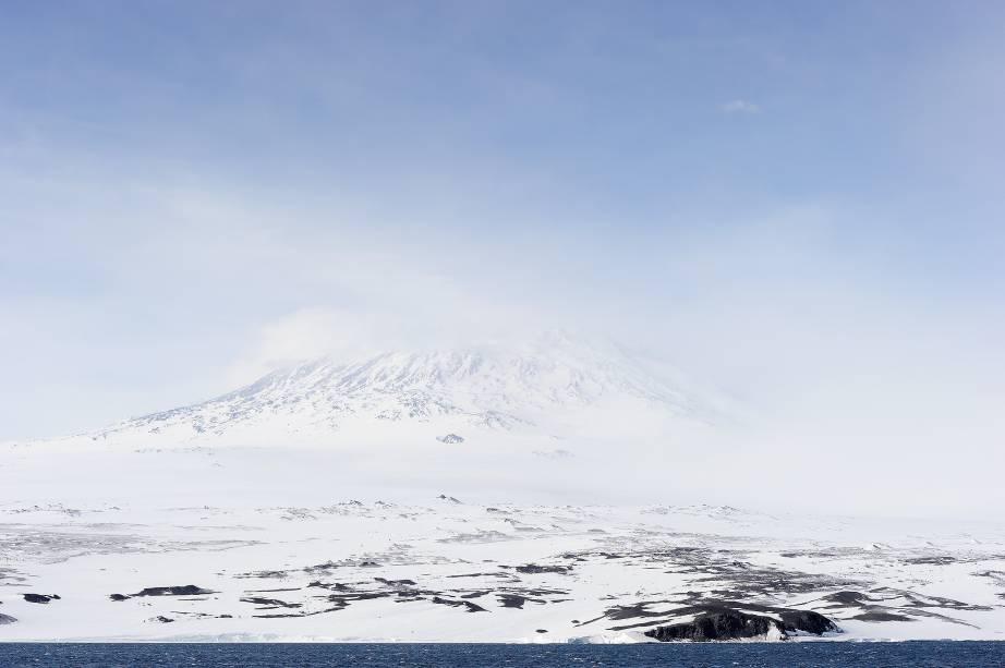 <strong>Erebus, Antártica </strong>Ok, a Antártica não é um destino comum nem fácil de chegar, mas como não incluir na lista esta bela força da natureza? Localizado na Ilha de Ross e medindo 3.794m de altitude, o Erebus é o maior vulcão ativo da Antártica e um dos mais ativos do mundo, atrás apenas do Kilauea no Havaí, dos italianos Stromboli e Etna e do Piton de la Fournaise, na Ilha da Reunião. Seu cume contém um lago de lava permanente que realiza diariamente erupções explosivas, mas moderadas, cujas bombas de lava podem ser cuspidas a centenas de metros. Não precisa dizer que é melhor não se aproximar demais, né? Ainda sim, alguns (loucos) escaladores já chegaram às bordas de sua cratera.