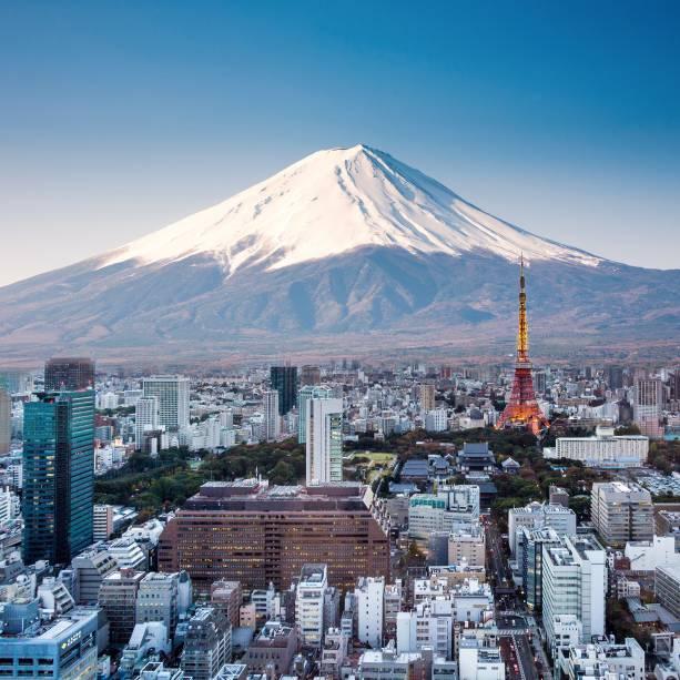 """<a href=""""http://viajeaqui.abril.com.br/paises/japao"""" target=""""_blank"""" rel=""""noopener""""><strong>Monte Fuji, Japão </strong></a> Um ditado japonês sugere que uma pessoa sábia escalará o Monte Fuji uma vez em sua vida, mas só um bobo chega até seu topo duas vezes. O maior vulcão do Japão (3.776 metros) fica a 100km de Tóquio e pode ser visto da cidade em dias de céu limpo.Sua última erupção foi há mais de 300 anos, em 1708, mas essa soneca deve acabar logo. Devido ao aumento da intensidade das atividades vulcânicas no Japão nos últimos anos, especula-se que ele retornara à ativa em breve e autoridades japonesas têm distribuído capacetes, máscaras contra fumaça e óculos de proteção em estações da montanha (seu uso não é obrigatório), além de mapas com rotas de evacuação para o caso de uma erupção surpresa"""