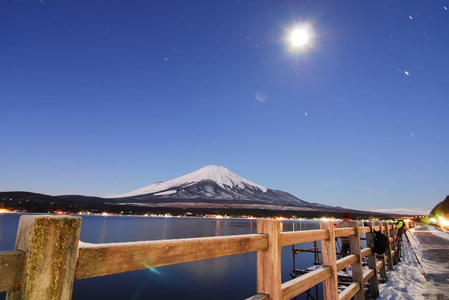 """<strong>Monte Fuji, <a href=""""http://viajeaqui.abril.com.br/paises/japao"""" rel=""""Japão"""" target=""""_blank"""">Japão</a></strong>Com 3776 metros de altitude, o monte Fuji é a montanha mais alta do <a href=""""http://viajeaqui.abril.com.br/paises/japao"""" rel=""""Japão"""" target=""""_blank"""">Japão</a>. Suas formas simétricas inspiraram poetas e artistas como Hokusai e Hiroshige e acabaram parando até no logo da marca de surfwear Quiksilver"""