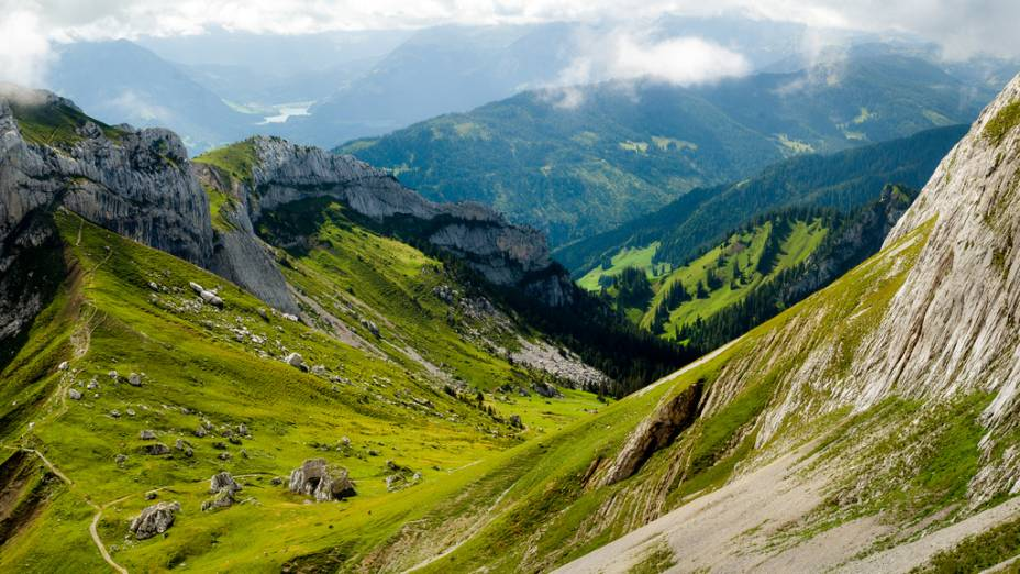 "<strong>Monte Pilatus, Suíça</strong> Matterhorn, Eiger, Mont Blanc. Que montanha alpina escolher entre as mais belas? Selecionamos o Monte Pilatus por ser o mais acessível, próximo a Lucerna. <a href=""https://www.booking.com/searchresults.pt-br.html?aid=332455&lang=pt-br&sid=eedbe6de09e709d664615ac6f1b39a5d&sb=1&src=index&src_elem=sb&error_url=https%3A%2F%2Fwww.booking.com%2Findex.pt-br.html%3Faid%3D332455%3Bsid%3Deedbe6de09e709d664615ac6f1b39a5d%3Bsb_price_type%3Dtotal%26%3B&ss=Su%C3%AD%C3%A7a&ssne=Ilhabela&ssne_untouched=Ilhabela&checkin_monthday=&checkin_month=&checkin_year=&checkout_monthday=&checkout_month=&checkout_year=&no_rooms=1&group_adults=2&group_children=0&from_sf=1&ss_raw=Su%C3%AD%C3%A7a&ac_position=0&ac_langcode=xb&dest_id=204&dest_type=country&search_pageview_id=d53b742b59f9029c&search_selected=true&search_pageview_id=d53b742b59f9029c&ac_suggestion_list_length=5&ac_suggestion_theme_list_length=0"" target=""_blank"" rel=""noopener""><em>Busque hospedagens na Suíça no Booking.com</em></a>"