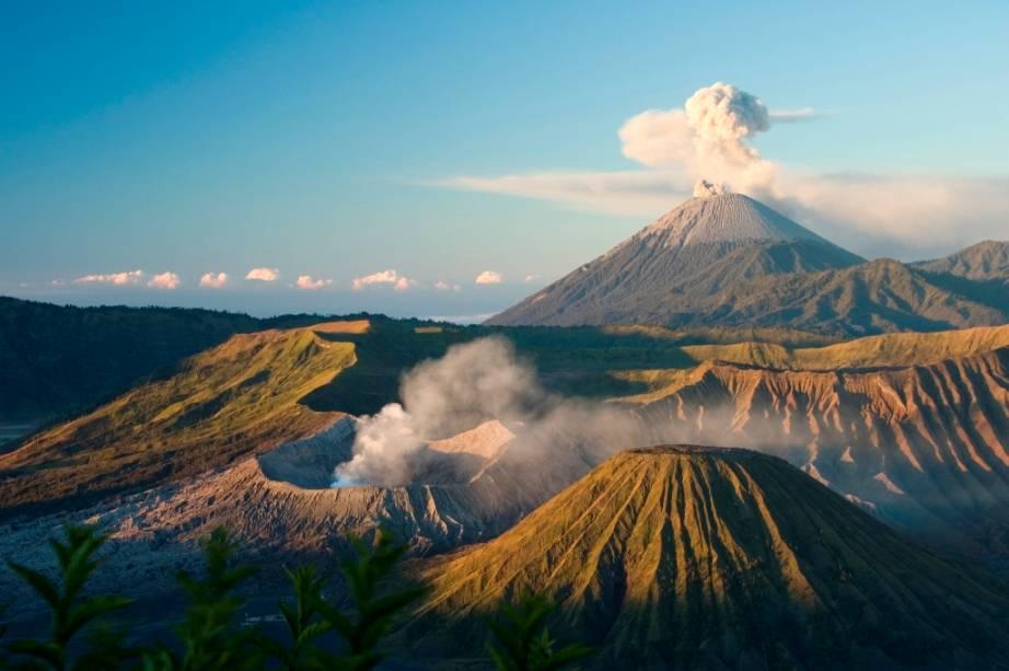 Com 3676 metros de altitude, o Monte Semeru é o ponto culminante da ilha de Java, na Indonésia e está em constante atividade vulcânica. Sua última grande erupção ocorreu em 2011