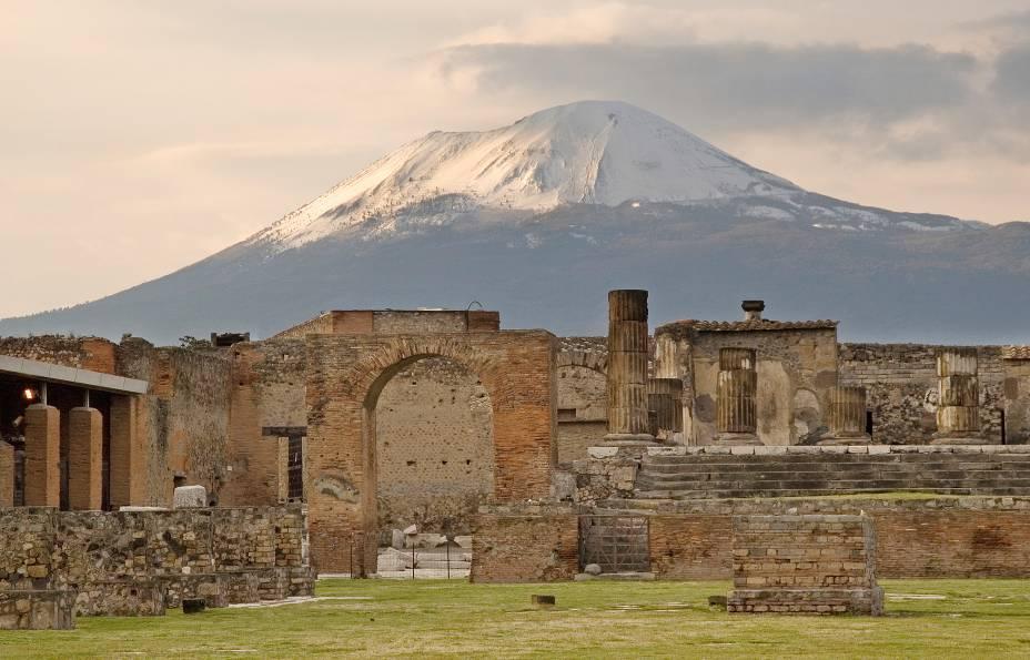 """<a href=""""http://viajeaqui.abril.com.br/paises/italia"""" target=""""_blank"""" rel=""""noopener""""><strong>Vesúvio, Itália </strong></a> Este vulcão que hoje tem 1.281 metros destruiu Pompéia, Herculaneum e outros vilarejos menores em 79 a.C., enterrando seus habitantes para sempre e preservando seus corpos até que escavações arqueológicas os desenterraram no século 18. A conhecidíssima explosão foi imortalizada pelo escritor Plínio, que a observou na segurança do outro lado da Baía de Nápoles) mas não foi o único desastre causado pelo vulcão. Outra erupção foi igualmente devastadora, mas menos famosa: em 1631 o vulcão matou aproximadamente 6 mil pessoas. Sua última atividade intensa, em 1944, também foi bastante poderosa – e imortalizada em <a href=""""https://www.youtube.com/watch?v=1bsmv6PyKs0"""" target=""""_blank"""" rel=""""noopener"""">uma reportagem cinematográfica</a>."""