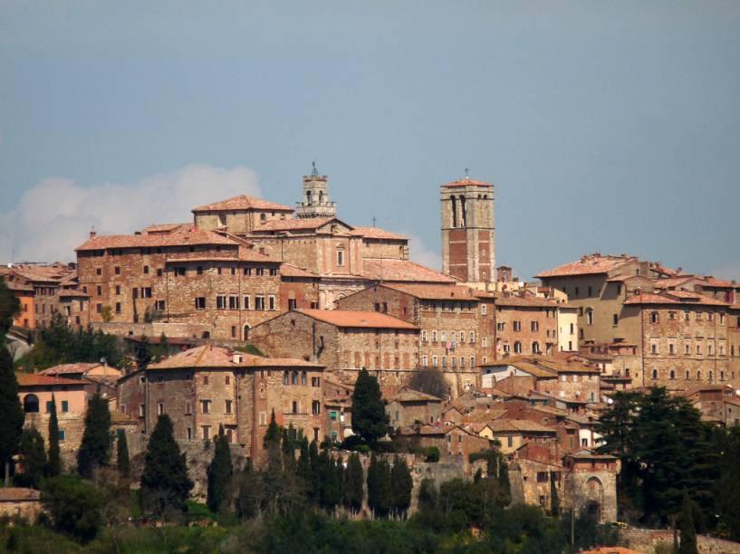 """<strong>MONTEPULCIANO</strong> (a 55 km de Siena)Edificada no alto de uma colina, como todas as cidades medievais da região, <a href=""""http://viajeaqui.abril.com.br/cidades/italia-montepulciano"""" rel=""""Montepulciano"""" target=""""_blank"""">Montepulciano</a> é cercada por muralhas e fortificações que datam do século 16. Também aqui os elegantes palácios renascentistas compõem o <a href=""""http://viajeaqui.abril.com.br/estabelecimentos/italia-montepulciano-atracao-centro-historico"""" rel=""""Centro Histórico"""" target=""""_blank"""">Centro Histórico</a> muito bem conservado<em>.</em>Conheça as duas igrejas mais importantes do período medieval da cidade: <a href=""""http://viajeaqui.abril.com.br/estabelecimentos/italia-montepulciano-atracao-chiesa-di-san-biagio"""" rel=""""Chiesa Madonna di San Biagio"""" target=""""_blank"""">Chiesa Madonna di San Biagio</a> – Via di San Biagio, 14, aberta todos os dias, e <a href=""""http://viajeaqui.abril.com.br/estabelecimentos/italia-montepulciano-atracao-chiesa-di-sant-agostino"""" rel=""""Chiesa Sant'Agostino"""" target=""""_blank"""">Chiesa Sant'Agostino</a> – Piazza Michelozzo, também aberta todos os dias."""