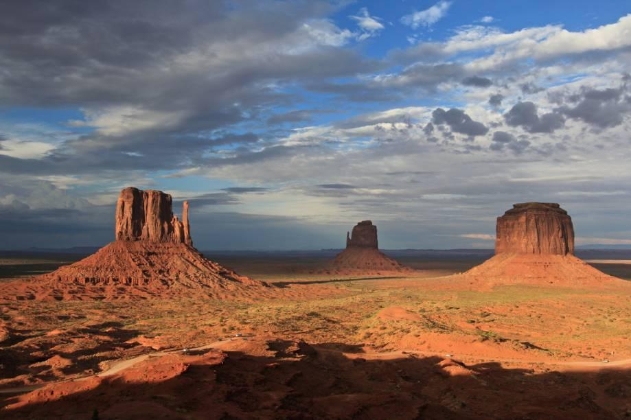 """<strong>Monument Valley, EUA</strong> Outra preciosidade nos parques da nação Navajo, o Monument Valley fica na divisa dos estados de Utah e Arizona e já figurou como cenário de filmes, ensaios de moda e video clips. <a href=""""https://www.booking.com/searchresults.pt-br.html?aid=332455&lang=pt-br&sid=eedbe6de09e709d664615ac6f1b39a5d&sb=1&src=index&src_elem=sb&error_url=https%3A%2F%2Fwww.booking.com%2Findex.pt-br.html%3Faid%3D332455%3Bsid%3Deedbe6de09e709d664615ac6f1b39a5d%3Bsb_price_type%3Dtotal%26%3B&ss=Estados+Unidos&ssne=Ilhabela&ssne_untouched=Ilhabela&checkin_monthday=&checkin_month=&checkin_year=&checkout_monthday=&checkout_month=&checkout_year=&no_rooms=1&group_adults=2&group_children=0&from_sf=1&ss_raw=Estados+Unidos&ac_position=0&ac_langcode=xb&dest_id=224&dest_type=country&search_pageview_id=1ac37203874c074a&search_selected=true&search_pageview_id=1ac37203874c074a&ac_suggestion_list_length=5&ac_suggestion_theme_list_length=0"""" target=""""_blank"""" rel=""""noopener""""><em>Busque hospedagens nos Estados Unidos no Booking.com</em></a>"""