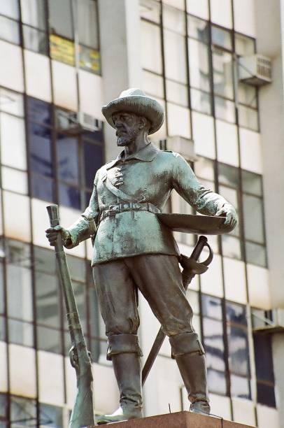 """<strong>7. Monumento ao Bandeirante, <a href=""""http://viajeaqui.abril.com.br/cidades/br-go-goiania"""" rel=""""Goiânia"""" target=""""_self"""">Goiânia</a>, <a href=""""http://viajeaqui.abril.com.br/estados/br-goias"""" rel=""""Goiás"""" target=""""_self"""">Goiás</a></strong>Localizado na Praça Atílio Correia Lima, popularmente conhecida como Praça do Bandeirante, o monumento (mais um que homenageia os bandeirantes, figuras controversas da história nacional) foi criado pelo artista plástico Armando Zago atendendo a um pedido de doação da Faculdade de Direito de São Paulo à população local. Representando Bartolomeu Bueno da Silva, em uma escultura de bronze de três metros de altura, a imagem intimida com a carranca do bandeirante e com as armas carregadas no corpo. Hoje, a praça não existe mais, e é impossível """"admirar"""" a estátua, já que ela fica numa ilha no meio de corredores de ônibus no centro de Goiânia"""
