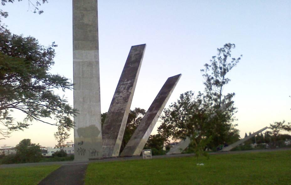 """<strong>5. Monumento às Etnias, <a href=""""http://viajeaqui.abril.com.br/cidades/br-sc-criciuma"""" rel=""""Criciúma"""" target=""""_self"""">Criciúma</a>, <a href=""""http://viajeaqui.abril.com.br/estados/br-santa-catarina"""" rel=""""Santa Catarina"""" target=""""_self"""">Santa Catarina</a></strong>A ideia do monumento também foi nobre: fundado em 1982, ele tem por objetivo homenagear os 100 anos da chegada dos primeiros imigrantes à região, com grupos vindos da <a href=""""http://viajeaqui.abril.com.br/paises/italia"""" rel=""""Itália"""" target=""""_self"""">Itália</a>, <a href=""""http://viajeaqui.abril.com.br/paises/polonia"""" rel=""""Polônia"""" target=""""_self"""">Polônia</a>, <a href=""""http://viajeaqui.abril.com.br/paises/alemanha"""" rel=""""Alemanha"""" target=""""_self"""">Alemanha</a>, <a href=""""http://viajeaqui.abril.com.br/paises/portugal"""" rel=""""Portugal"""" target=""""_self"""">Portugal</a> e de países da <a href=""""http://viajeaqui.abril.com.br/continentes/africa"""" rel=""""África"""" target=""""_self"""">África</a>. A obra erguida em concreto ficou confusa: o formato de uma mão com cinco dedos representa cada uma das etnias, mas é desvendado por poucos espectadores atentos. Para piorar, o desgaste do concreto e as pichações passam mais uma sensação de abandono do que de homenagem"""