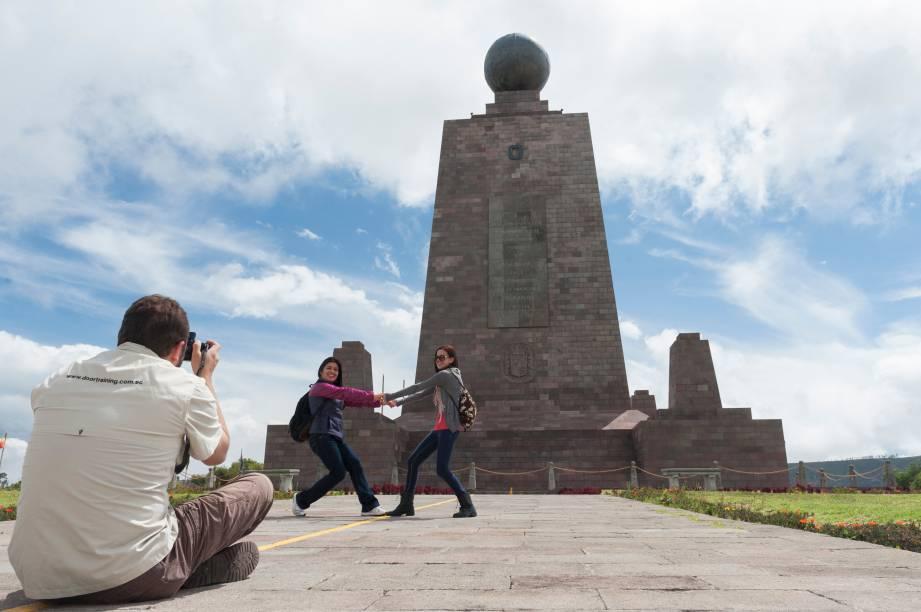 """<strong><a href=""""http://viajeaqui.abril.com.br/cidades/equador-quito"""" rel=""""Quito"""" target=""""_blank"""">Quito</a> com Cuenca</strong>    O monumento Mitad del Mundo (foto), marco da Linha do Equador, e o centro histórico de Quito, Patrimônio Mundial pela Unesco, são duas das atrações deste pacote de sete noites: quatro na capital equatoriana, no <a href=""""http://www.mercurequito.com.ec/"""" rel=""""Mercure"""" target=""""_blank"""">Mercure</a>, duas na histórica Cuenca, no <a href=""""https://www.santaluciahotel.com/"""" rel=""""Santa Lucía"""" target=""""_blank"""">Santa Lucía</a>, e uma em fazenda de Riobamba, com pensão completa e passeio ao Parque Nacional Cotopaxi, nome de um dos mais altos e cênicos vulcões ativos do mundo.    <strong>Quando:</strong> em dezembro    <strong>Quem leva:</strong> <a href=""""http://www.stellabarros.com.br/"""" rel=""""Stella Barros"""" target=""""_blank"""">Stella Barros</a>    <strong>Quanto:</strong> US$ 1743"""
