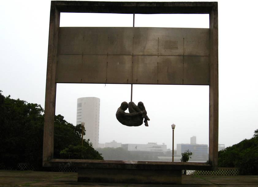 """<strong>9. Monumento Tortura Nunca Mais, <a href=""""http://viajeaqui.abril.com.br/cidades/br-pe-recife"""" rel=""""Recife"""" target=""""_self"""">Recife</a>, <a href=""""http://viajeaqui.abril.com.br/estados/br-pernambuco"""" rel=""""Pernambuco"""" target=""""_self"""">Pernambuco</a></strong>A imagem chocante e intimidadora tem uma razão de ser. Ou seja: não é agradável aos olhos, mas por um motivo nobre. Fincada na Praça Padre Henrique, a obra encomendada pelo arquiteto piauense Demetrio Albuquerque chama a atenção para as torturas sofridas por prisioneiros políticos durante o obscuro período da ditadura militar. O corpo de um homem nu, na posição dos terríveis golpes de pau de arara, é uma homenagem às vítimas e um pedido claro para que isso nunca mais volte a acontecer"""