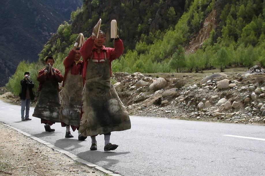 <strong>Lhasa, Tibete (continuação)</strong><br />Peregrinos rumo a Lhasa. Durante seu caminho eles prostam-se praticamente a cada passo, entoando orações budistas.<br />