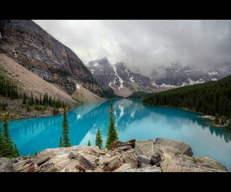 "<strong>Moraine Lake, Parque Nacional Banff, Canadá</strong> Junto com o Lago Louise, o Moraine faz parte do Parque Nacional Banff, próximo de Calgary, na província de Alberta. É um dos mais famosos símbolos das Montanhas Rochosas do Canadá. <a href=""https://www.booking.com/searchresults.pt-br.html?aid=332455&lang=pt-br&sid=eedbe6de09e709d664615ac6f1b39a5d&sb=1&src=index&src_elem=sb&error_url=https%3A%2F%2Fwww.booking.com%2Findex.pt-br.html%3Faid%3D332455%3Bsid%3Deedbe6de09e709d664615ac6f1b39a5d%3Bsb_price_type%3Dtotal%26%3B&ss=Canad%C3%A1&ssne=Ilhabela&ssne_untouched=Ilhabela&checkin_monthday=&checkin_month=&checkin_year=&checkout_monthday=&checkout_month=&checkout_year=&no_rooms=1&group_adults=2&group_children=0&from_sf=1&ss_raw=+Canad%C3%A1+&ac_position=0&ac_langcode=xb&dest_id=38&dest_type=country&search_pageview_id=1ac371d862ea0961&search_selected=true&search_pageview_id=1ac371d862ea0961&ac_suggestion_list_length=5&ac_suggestion_theme_list_length=0"" target=""_blank"" rel=""noopener""><em>Busque hospedagens no Canadá no Booking.com</em></a>"