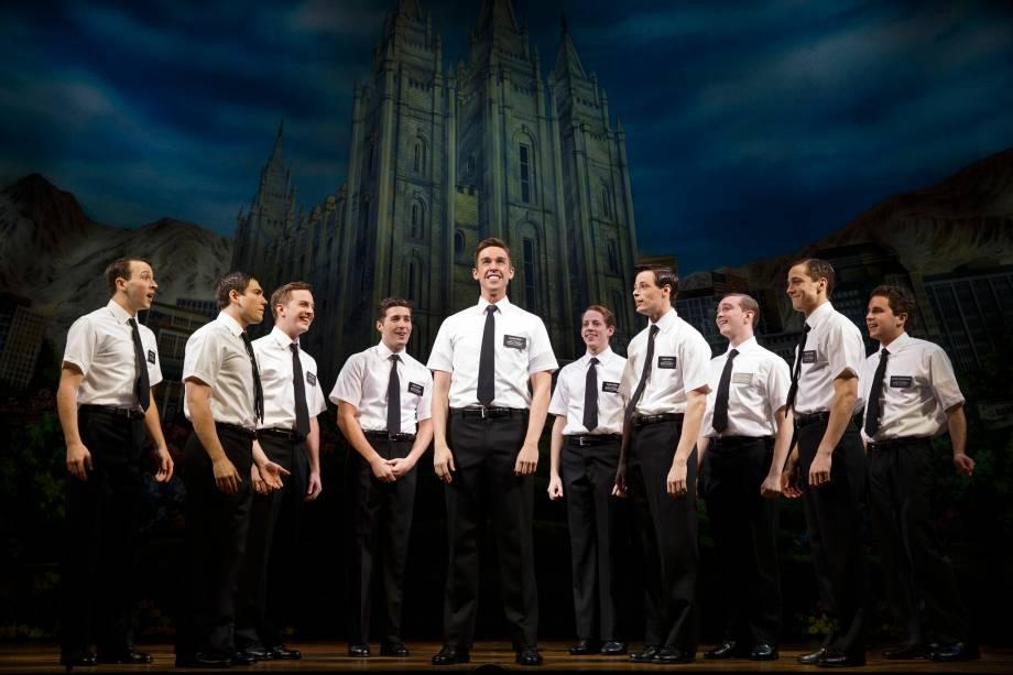 """<strong>3.<a href=""""http://bookofmormonbroadway.com/tickets"""" rel=""""The Book of Mormon"""" target=""""_blank"""">The Book of Mormon</a></strong>Essa comédia musical arrasou na Broadway em 2006 e segue em cartaz. O humor negro e pesado dos mesmos criadores da série South Park brinca com sexualidade e religião para contar a história de dois jovens missionários mórmons na África. No Brasil, o espetáculo teve uma montagem sensacional feita por alunos da Uni-Rio, que recebeu elogios da crítica Barbara Heliodora, falecida em abril de 2015, e lotou teatros por quase seis meses."""