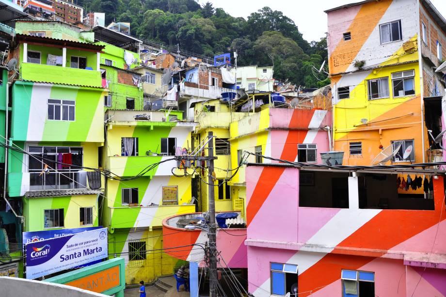 """<strong>11. Favela Santa Marta, <a href=""""http://viajeaqui.abril.com.br/cidades/br-rj-rio-de-janeiro"""" target=""""_blank"""" rel=""""noopener"""">Rio de Janeiro</a></strong>É uma das maiores favelas da cidade. Pacificada em 2008, a Santa Marta virou cartão-postal carioca depois que as casas foram pintadas por iniciativa de uma marca de tintas de construção civil. Além das casinhas coloridas, o mirante do morro revela uma das visões mais deslumbrantes da cidade do Rio de Janeiro e atrai turistas do mundo inteiro, que passam pelo lugar em busca de visitas guiadas. Artistas como Madonna, Beyoncé e Michael Jackson já passaram por aqui, sendo que os dois últimos gravaram videoclipes"""