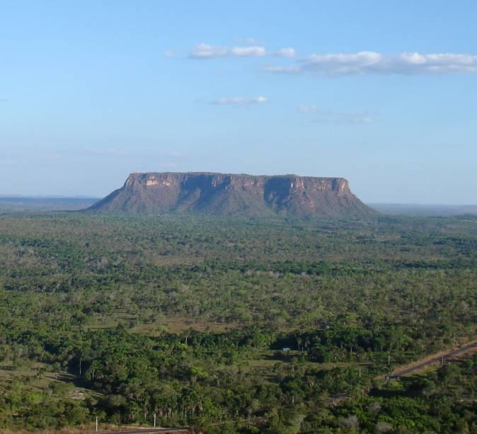 """<a href=""""http://viajeaqui.abril.com.br/estabelecimentos/br-ma-carolina-atracao-chapada-das-mesas"""" rel=""""Chapada das Mesas"""" target=""""_blank""""><strong>Chapada das Mesas</strong></a>    Morro do Chapéu se destaca na paisagem da Chapada das Mesas, Maranhão na fronteira com Tocantins"""