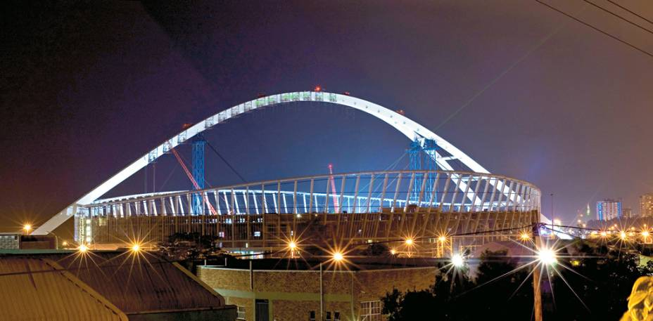 O estádio Moses Mabhida, construído para a Copa do Mundo de 2010, tem um bondinho que percorre o seu arco de ponta a ponta, com uma bela vista da orla de Durban