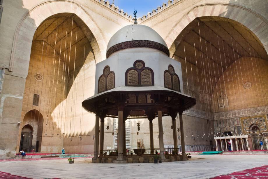 A madrassa (escola islâmica) desta mesquita é uma das mais antigas e importantes do mundo, especialmente para os sunitas, pois nela são ensinadas as quatro escolas sunitas de pensamento: Shafi'i, Maliki, Hanafi e Hanbali. A construção desta casa de orações começou em 1356 e foi tão instável quanto o governo do Sultão Hassan. Projetada para ter 4 minaretes, o que ficava logo acima da entrada caiu e matou cerca de 300 pessoas. Pouco depois do acidente, o sultão foi assassinado e as obras da mesquita, que já duravam 3 anos e custaram muito dinheiro, foram rapidamente encerradas. Outro minarete caiu em 1659, assim como a cúpula, que era de madeira. A cúpula e minaretes restantes foram restaurados e agora parece que não cai mais nada. A Mesquita Sultão Hassan é a única de estilo mameluco a ser decorada com cerâmica e sua madrassa é considerada uma das mais antigas universidades do mundo