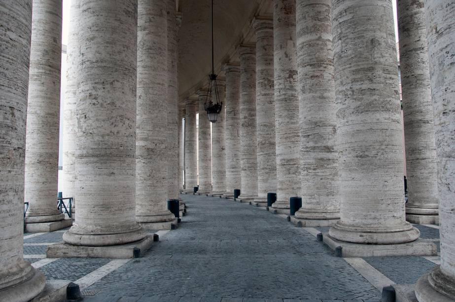 A colunata de Bernini abraça a Praça de São Pedro, em Roma
