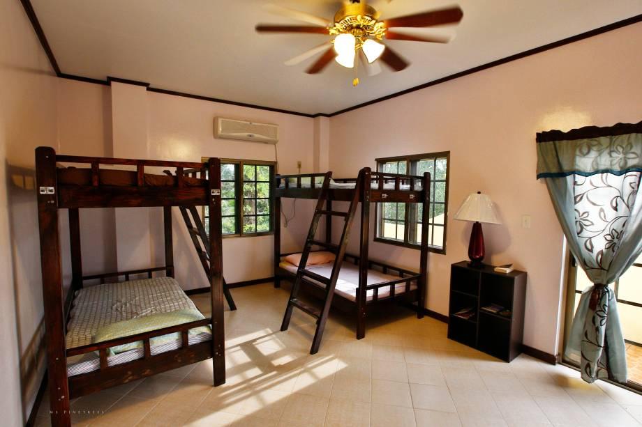 """<strong>5.<a href=""""http://www.booking.com/city/pw/koror-pw.pt-br.html?aid=332455&label=viagemabril-destinosmergulho"""" rel=""""Koror, Palau"""" target=""""_blank"""">Koror, Palau</a></strong>Vamos de hostel? O <a href=""""http://www.booking.com/hotel/pw/ms-pinetrees-hostel-47-bed-amp-breakfast.pt-br.html?aid=332455&label=viagemabril-destinosmergulho"""" rel=""""Ms Pinetrees Hostel"""" target=""""_blank"""">Ms Pinetrees Hostel</a>é um exemplo de acomodação singela, porém, muito bem recomendada. O hostel oferece tanto quartos privativos quanto compartilhados, o que faz com que seja uma ótima opção tanto para aqueles que querem fazer uma viagem econômica, quanto para os que buscam conhecer novas pessoas durante a viagem. Para mergulhadores de primeira viagem, os funcionários por lá costumam ser bem preparados para responder dúvidas sobre mergulho. Além disso, as acomodações ficam bem perto da praia, das lojas e dos museus, sendo um facilitador para o turista que não admite não aproveitar ao máximo a estadia<a href=""""http://www.booking.com/city/pw/koror-pw.pt-br.html?aid=332455&label=viagemabril-destinosmergulho"""" rel=""""Reserve o seu hotel em Koror através do Booking.com"""" target=""""_blank""""><em>Reserve o seu hotel em Koror através do Booking.com</em></a>"""