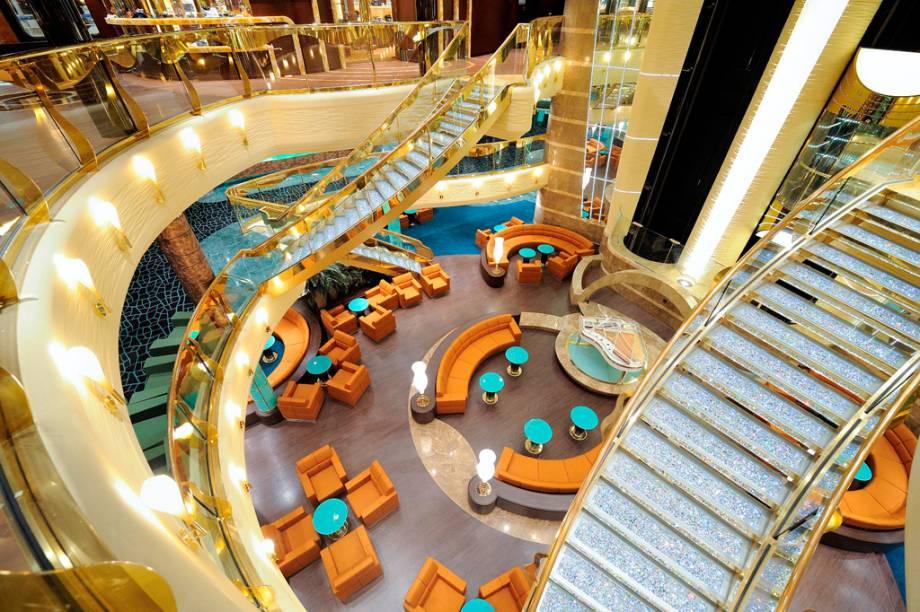 A escadaria da recepção é toda cravejada de cristais Swarovski