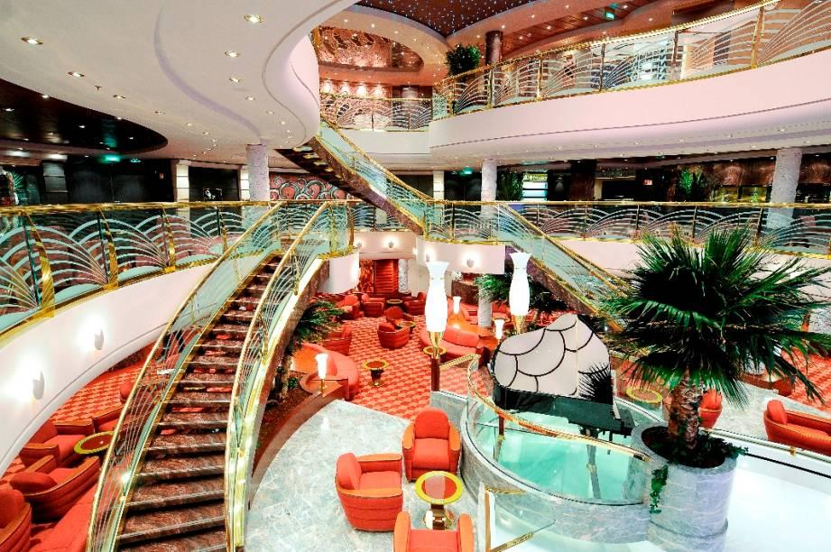 A decoração da recepção segue o padrão do restante do navio, com muito brilho e detalhes
