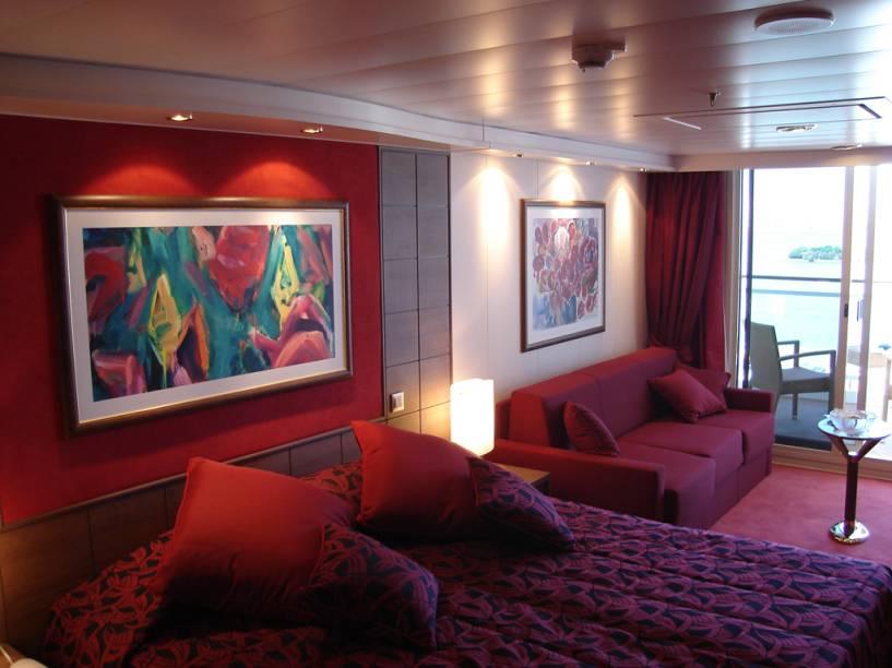 Cabine do navio, com cores quentes e quadro de decoração
