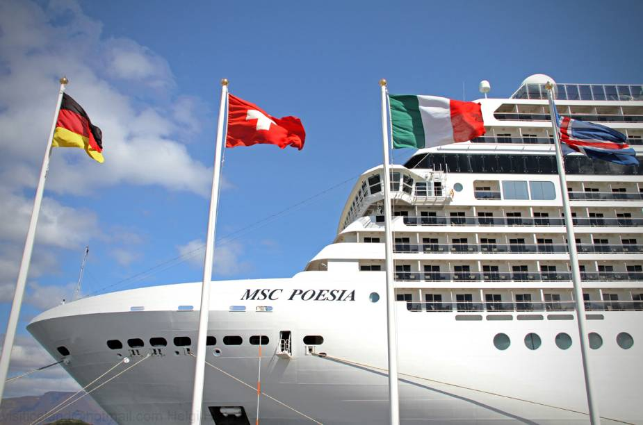 """<strong>MSC POESIA</strong>            Estreante na travessia para o <a href=""""http://viajeaqui.abril.com.br/paises/brasil"""" rel=""""Brasil"""" target=""""_blank""""><strong>Brasil</strong></a>, o navio segue até <a href=""""http://viajeaqui.abril.com.br/cidades/br-sp-santos"""" rel=""""Santos"""" target=""""_blank""""><strong>Santos</strong></a> saindo da charmosa <a href=""""http://viajeaqui.abril.com.br/cidades/italia-genova"""" rel=""""Gênova"""" target=""""_blank""""><strong>Gênova</strong></a>, na <a href=""""http://viajeaqui.abril.com.br/paises/italia"""" rel=""""Itália"""" target=""""_blank""""><strong>Itália</strong></a>. O percurso de 19 noites garante passagens por <strong>Savona, <a href=""""http://viajeaqui.abril.com.br/cidades/espanha-barcelona"""" rel=""""Barcelona"""" target=""""_blank"""">Barcelona</a>, Cádiz, <a href=""""http://viajeaqui.abril.com.br/cidades/marrocos-casablanca"""" rel=""""Casablanca"""" target=""""_blank"""">Casablanca</a>, Funchal, ilhas Canárias, <a href=""""http://viajeaqui.abril.com.br/cidades/br-pe-recife"""" rel=""""Recife"""" target=""""_blank"""">Recife</a>, <a href=""""http://viajeaqui.abril.com.br/cidades/br-al-maceio"""" rel=""""Maceió"""" target=""""_blank"""">Maceió</a>, <a href=""""http://viajeaqui.abril.com.br/cidades/br-ba-salvador"""" rel=""""Salvador"""" target=""""_blank"""">Salvador</a>, <a href=""""http://viajeaqui.abril.com.br/cidades/br-rj-buzios"""" rel=""""Búzios"""" target=""""_blank"""">Búzios</a></strong> e <a href=""""http://viajeaqui.abril.com.br/cidades/br-rj-rio-de-janeiro"""" rel=""""Rio de Janeiro"""" target=""""_blank""""><strong>Rio de Janeiro</strong></a>. Ao chegar por aqui, fará percursos pelo rio da Prata e, no fim da temporada, no primeiro semestre de 2015, atravessará o oceano de volta para a Europa.            <strong>QUANDO:</strong> Em 17 de novembro            <strong>QUEM LEVA:</strong> A <a href=""""http://agaxtur.com.br)"""" rel=""""Agaxtur"""" target=""""_blank""""><strong>Agaxtur</strong></a> (3067-0900)            <strong>QUANTO:</strong> R$ 2 848"""