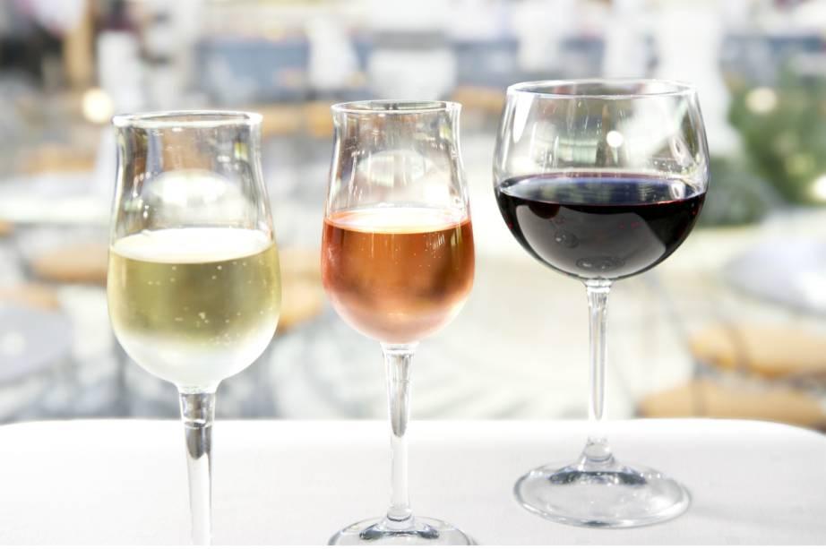 Um pacote de bebidas nas refeições a bordo, duas opções de vinho - tinto e branco - por dia, e uma garrafa de espumante na Noite de Gala completam o cardápio