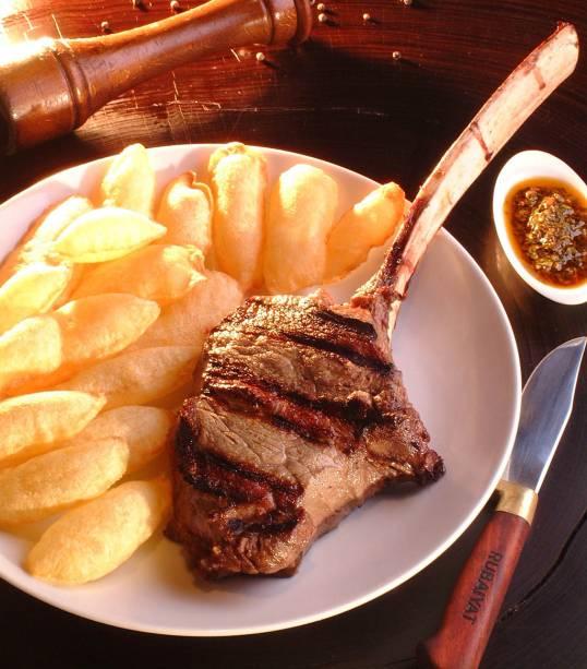 """<a href=""""http://viajeaqui.abril.com.br/estabelecimentos/ar-buenos-aires-restaurante-cabana-las-lilas"""" rel=""""Cabaña Las Lilas"""" target=""""_blank""""><strong>Cabaña Las Lilas</strong></a>    O restaurante, cujo sócio é o grupo paulistano Rubayat, é queridinho dos brasileiros, que costumam lotar suas mesas. A varanda, às margens de Puerto Madero, é o lugar mais disputado. As duas vistosas parrillas são dominadas por bifes de chorizos, tiras de asado e ojos de bifes de marca própria. Para acompanhar, a carta de vinhos oferece 600 rótulos.    Site: www.laslilas.com    Endereço: Avenida Alicia Moreau de Justo 516, Puerto Madero    Telefone: +54 (11) 4313-1336"""