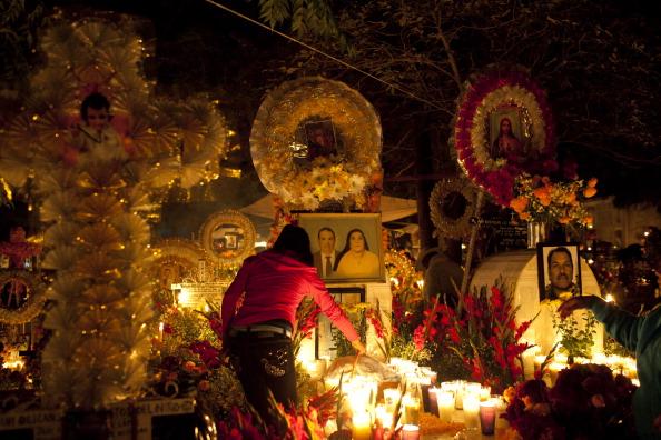 As famílias preparam altares em memória a seus entes queridos falecidos: juntamente com a foto do homenageado são colocados todo tipo de presentes para agradar sua alma, incluindo seus pratos e bebidas favoritos
