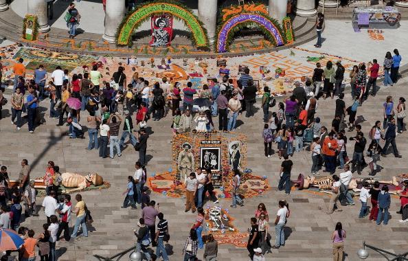 Os preparativos para o Dia dos Mortos na Cidade do México: a capital ganha cores e alegria