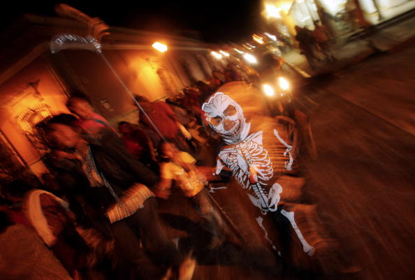 Em muitos momentos a celebração ganha ares de carnaval: há desfiles com fantasias e adereços temáticos pelas ruas das cidades, tudo embalado por música e diversão