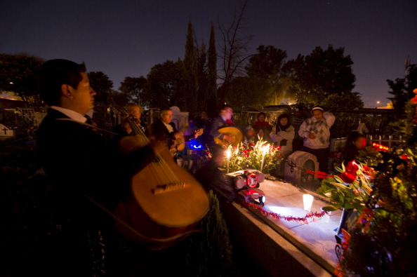 Mariachis prestam homenagens no Cemitério San José, na Cidade do México: para os mexicanos a verdadeira morte é o esquecimento, por isso eles fazem questão de celebrar e recordar com alegria seus mortos