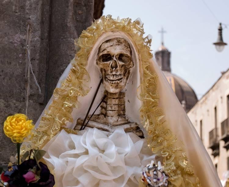 Noiva caveira desfila no Dia dos Mortos, no México: povo mexicano faz questão de recordar com alegria seus entes já falecidos