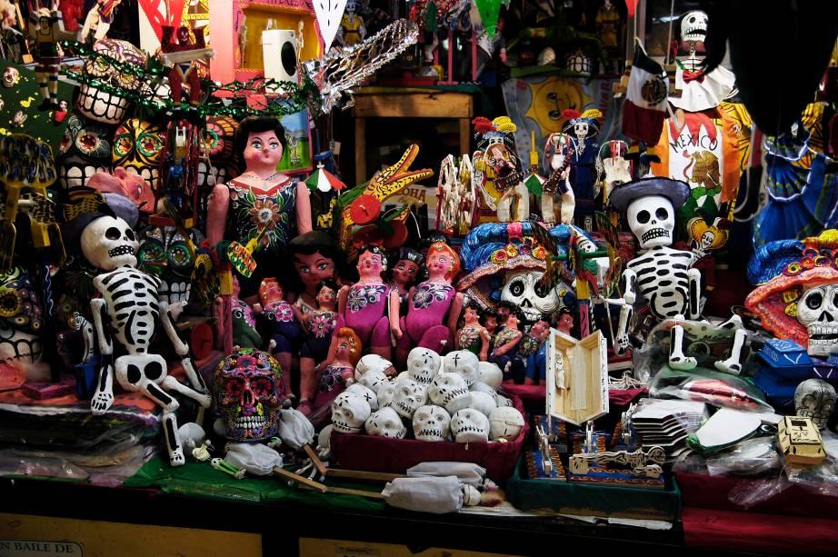 Enfeites e adornos coloridos são especialmente preparados para celebrar o Dia dos Mortos, no México