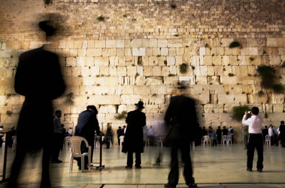 """<a href=""""http://viajeaqui.abril.com.br/estabelecimentos/israel-jerusalem-atracao-muro-ocidental-muro-das-lamentacoes"""" rel=""""Muro das Lamentações"""" target=""""_blank""""><strong>Muro das Lamentações </strong></a>(local sagrado para o judaísmo)O local mais sagrado do judaísmo faz parte da parede de contenção do monte do templo, que fica logo acima (onde hoje estão a mesquita Al-Aqsa e o Domo da Rocha). É em suas frestas que judeus depositam papéis com pedidos na crença de que, feitos ali, serão atendidos"""