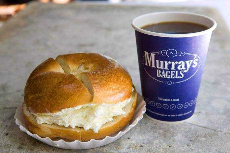 """<strong><a href=""""http://www.murraysbagels.com/"""" rel=""""Murrays Bagels"""" target=""""_blank"""">Murrays Bagels</a></strong>            Os bagels da casa são tradicionais, sem grandes invenções - e talvez por isso estejam entre os favoritos dos nova-iorquinos. Pra acompanhar um bom café, escolha um multigrãos ou de cebola, com recheio de cream cheese.<em>500 Avenue of the Americas,10011</em>"""