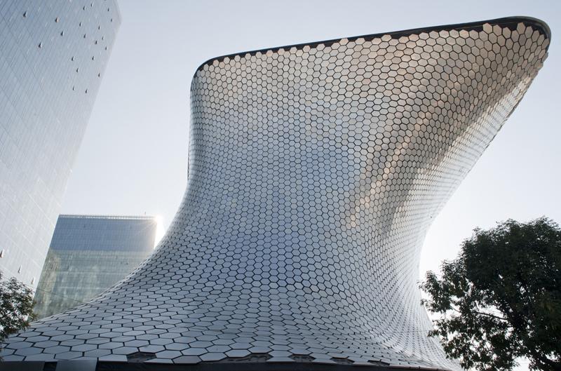 """<strong>Museo Soumaya, Cidade do México</strong>            As linhas pouco ortodoxas do Museo Soumaya da <a href=""""http://viajeaqui.abril.com.br/cidades/mexico-cidade-do-mexico"""" rel=""""Cidade do México"""">Cidade do México</a> foram concebidas por Fernando Romero (com a colaboração de Frank Gehry) para receber parte da coleção de arte da Fundação Carlos Slim. Em sua fachada foram aplicados mais de 15 mil """"azulejos"""" de alumínio"""