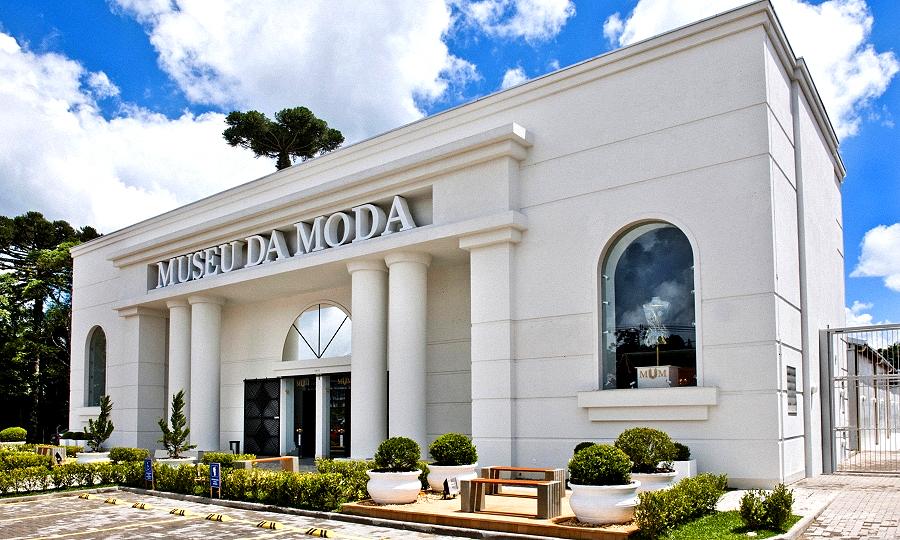 """<strong><a href=""""http://viajeaqui.abril.com.br/estabelecimentos/br-rs-canela-atracao-museu-da-moda"""" rel=""""Museu da Moda, em Canela """" target=""""_self"""">Museu da Moda, em Canela </a></strong>            São cerca de 150 vestimentas contando a história de 4 mil anos da moda feminina, com destaque para as réplicas da Princesa Diana."""