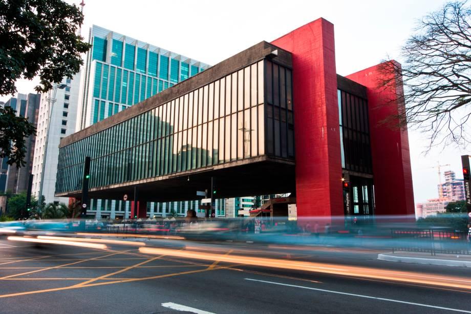 Na época em que foi construído, o Museu de Arte Moderna de São Paulo tinha o maior vão livre do mundo. Isso porque toda a sua estrutura, de 74 metros de comprimento, está suspensa à oito metros de altura do chão, somente sustentada por quatro pilares, nos cantos