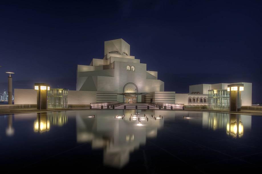 """<strong>Museu de Arte Islâmica, Doha, Qatar</strong>Muita gente torceu o nariz quando Ieoh Ming Pei resolveu plantar uma pirâmide de vidro bem no coração do <a href=""""http://viajeaqui.abril.com.br/estabelecimentos/franca-paris-atracao-museu-do-louvre"""" rel=""""Museu do Louvre"""">Museu do Louvre</a>. Hoje não dá para imagina-lo sem ela. Bem menos polêmico foi a escolha do arquiteto sino-americano na concepção do elegante Museu de Arte Islâmica de Doha, capital do <a href=""""http://viajeaqui.abril.com.br/paises/qatar"""" rel=""""Qatar"""">Qatar</a>"""