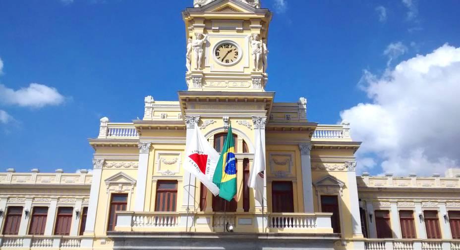 """<strong><a href=""""http://viajeaqui.abril.com.br/estabelecimentos/br-mg-belo-horizonte-atracao-de-artes-e-oficios"""" rel=""""Museu de Artes e Ofícios"""" target=""""_self"""">Museu de Artes e Ofícios</a></strong>                Localizado no centro da cidade, junto à bela Estação Ferroviária Central ainda em funcionamento, o museu presta um verdadeiro tributo aos trabalhadores brasileiros. A construção que hoje o abriga, anteriormente abandonada, é toda ocupada por mais de dois mil objetos de trabalho de diferentes segmentos - doações da colecionadora Angela Gutierrez. Na praça à frente do edifício, há monumentos que merecem a atenção"""