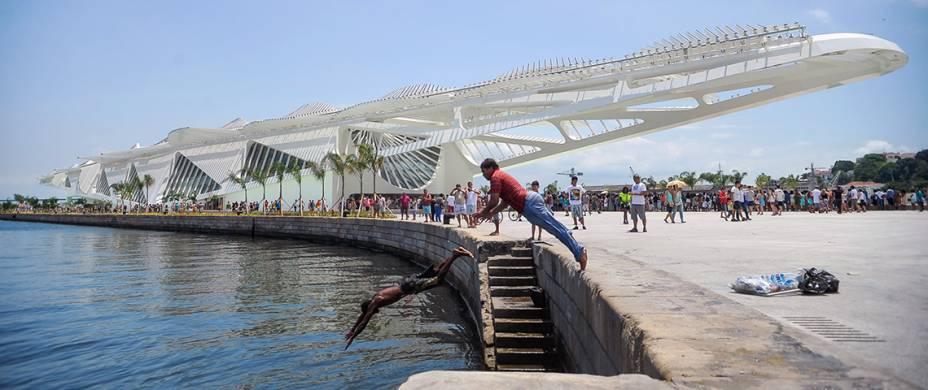 <strong>8. Museu do Amanhã, no Rio de Janeiro</strong>Novinho em folha, o prédio projetado pelo famoso arquiteto espanhol Santiago Calatrava fica na zona portuária do Rio e faz parte do projeto de revitalização da área, o Rio Maravilha. Sua proposta é ser um espaço de artes e ciências e também um local para refletir sobre mudanças climáticas e problemas sociais. Seu acervo é majoritariamente digital.<strong>Grátis: às terças-feiras</strong>Você economiza: R$ 10Endereço: Praça Mauá, 1, Centro, Rio de Janeiro (RJ)