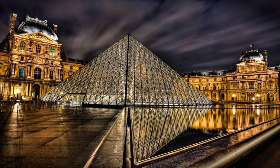 """A tradicional pirâmide do <a href=""""http://viajeaqui.abril.com.br/estabelecimentos/franca-paris-atracao-museu-do-louvre"""" rel=""""Museu do Louvre"""" target=""""_self"""">Museu do Louvre</a>, em uma fria noite de inverno. O museu, um dos maiores do planeta, guarda um acervo rico e impressionante – e fica bem mais vazio durante o inverno"""