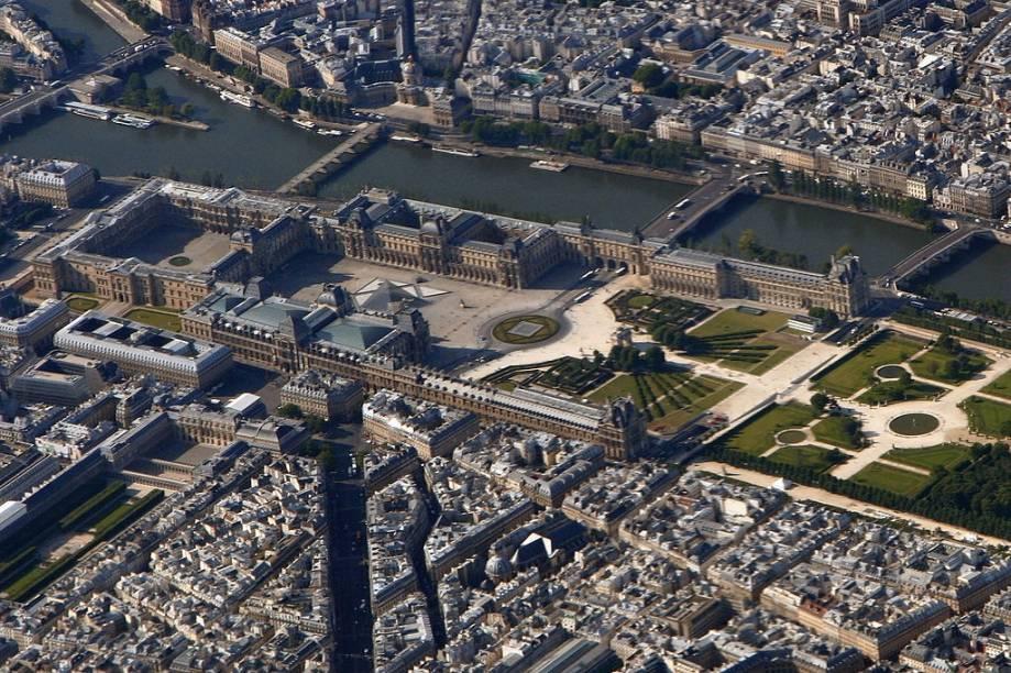 Vista aérea do Museu do Louvre, às margens do rio Sena, com parte dos jardins das Tulherias à direita
