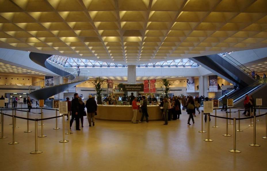 Acesso do Museu do Louvre sob a pirâmide de vidro