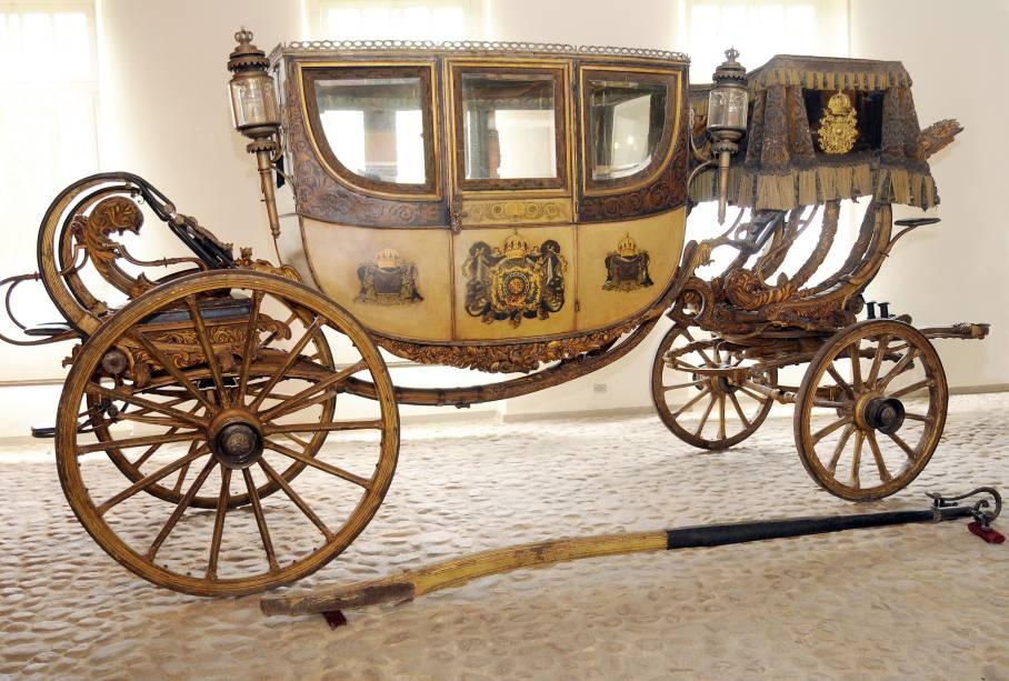 """No salão anexo ao <a href=""""http://viajeaqui.abril.com.br/estabelecimentos/br-rj-petropolis-atracao-museu-imperial"""" rel=""""Museu Imperial"""" target=""""_blank"""">Museu Imperial</a> em <a href=""""http://viajeaqui.abril.com.br/cidades/br-rj-petropolis"""" rel=""""Petrópolis (RJ)"""" target=""""_blank"""">Petrópolis</a>, há carruagens e a locomotiva que fazia o trajeto Rio de Janeiro – Juiz de Fora pela Estrada de Ferro Mauá"""