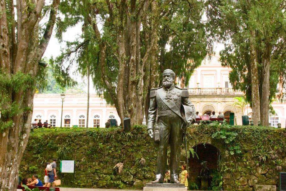 """O jardim do <a href=""""http://viajeaqui.abril.com.br/estabelecimentos/br-rj-petropolis-atracao-museu-imperial"""" rel=""""Museu Imperial"""" target=""""_blank"""">Museu Imperial</a> é um atrativo à parte. Nele, é possível observar várias esculturas – entre elas, uma de Dom Pedro II (foto)"""