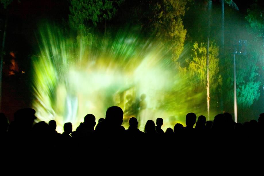 """O espetáculo Som e Luz ocorre nos jardins do <a href=""""http://viajeaqui.abril.com.br/estabelecimentos/br-rj-petropolis-atracao-museu-imperial"""" rel=""""Museu Imperial"""" target=""""_blank"""">Museu Imperial</a>, em <a href=""""http://viajeaqui.abril.com.br/cidades/br-rj-petropolis"""" rel=""""Petrópolis (RJ)"""" target=""""_blank"""">Petrópolis</a>, de quinta a sábado, às 20h. O ingresso é vendido à parte e custa R$ 20"""