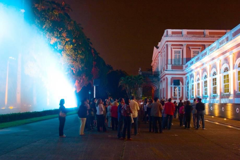 """O espetáculo Som e Luz, do <a href=""""http://viajeaqui.abril.com.br/estabelecimentos/br-rj-petropolis-atracao-museu-imperial"""" rel=""""Museu Imperial"""" target=""""_blank"""">Museu Imperial</a>, utiliza efeitos especiais de iluminação e sonorização para reviver a história de Dom Pedro II; as imagens são projetadas em uma cortina dágua"""