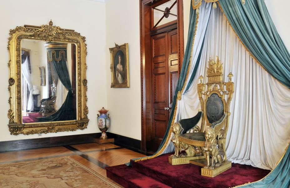 """<strong>10.<a href=""""http://viajeaqui.abril.com.br/estabelecimentos/br-rj-petropolis-atracao-museu-imperial"""" rel=""""Museu Imperial de Petrópolis (RJ)"""" target=""""_blank"""">Museu Imperial de Petrópolis (RJ)</a></strong>Instalado no antigo Palácio de Verão de Dom Pedro II, o museu tem móveis, objetos e pinturas da monarquia brasileira. Destaque para a coleção de joias, com coroas e colares usados pela realeza e para a biblioteca, com cerca de 50 mil volumes sobre arte e história do Brasil e de Petrópolis.<strong>Grátis: às quartas-feiras e no último domingo de cada mês</strong>Você economiza: R$ 10Endereço: Rua da Imperatriz, 220 - Centro, Petrópolis - RJ"""