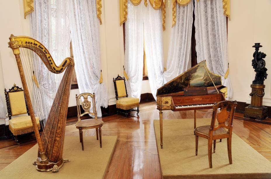 """Sala de instrumentos musicais do <a href=""""http://viajeaqui.abril.com.br/estabelecimentos/br-rj-petropolis-atracao-museu-imperial"""" rel=""""Museu Imperial"""" target=""""_blank"""">Museu Imperial</a> – os objetos expostos pertenceram à família real brasileira, e o casarão era a residência oficial dos monarcas durante o verão escaldante do <a href=""""http://viajeaqui.abril.com.br/cidades/br-rj-rio-de-janeiro"""" rel=""""Rio de Janeiro (RJ)"""" target=""""_blank"""">Rio de Janeiro (RJ)</a>"""